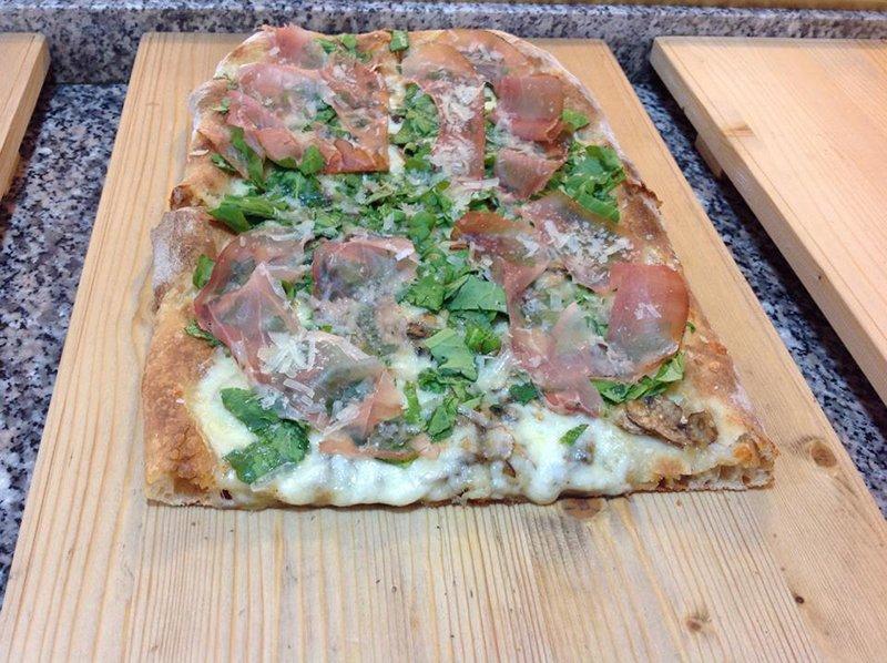Pizza crudo e rucola a Perugia
