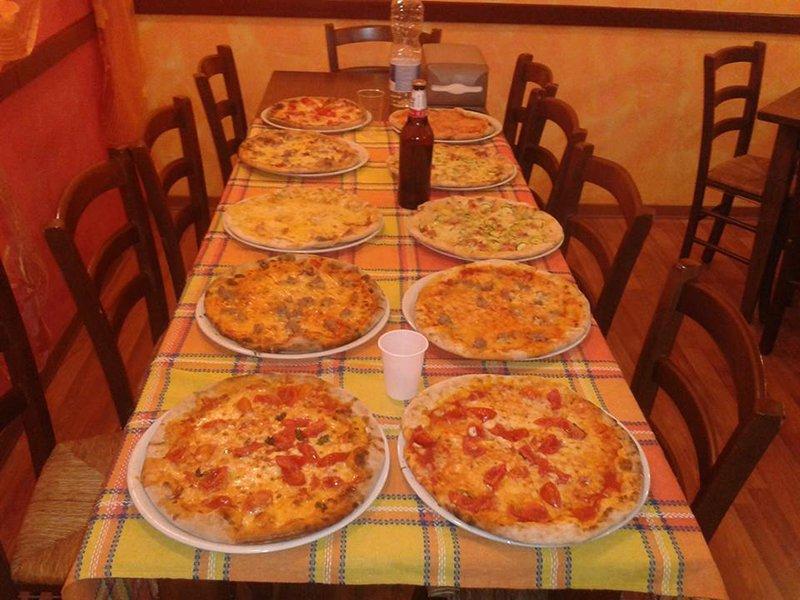 Pizze sul tavolo da pranzo a Perugia