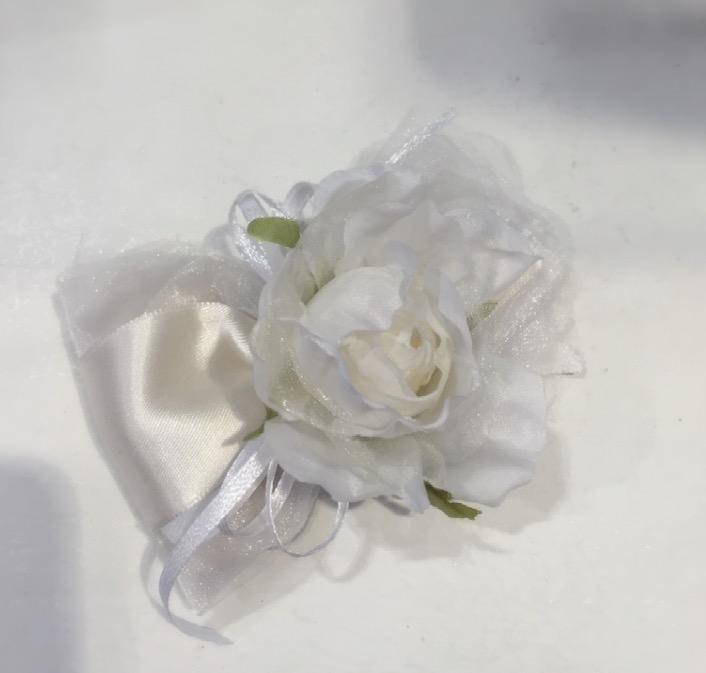 Confezione con fiore bianco