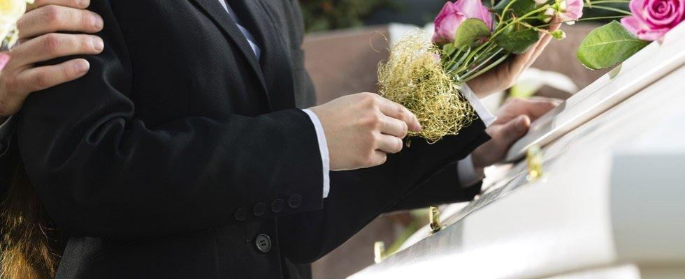 Uomo sostenendo alcune fiori nella mano