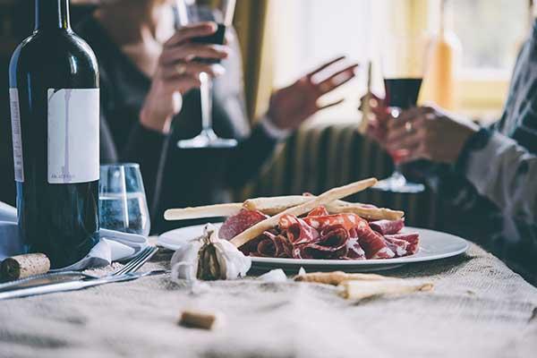 vino e cibo in una tabella