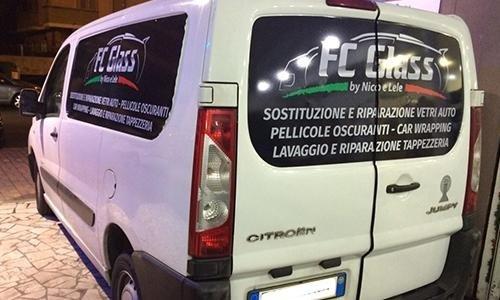 retro di un furgone bianco col marchio FC Glass