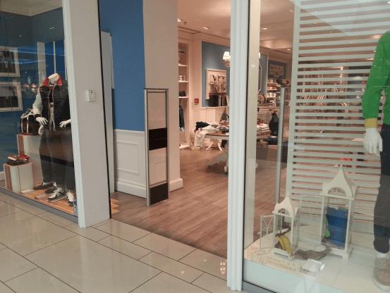 vista di negozio con porta