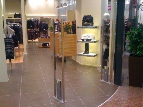 controllo negozio, capi d'abbigliamento con etichette, barre di sicurezza