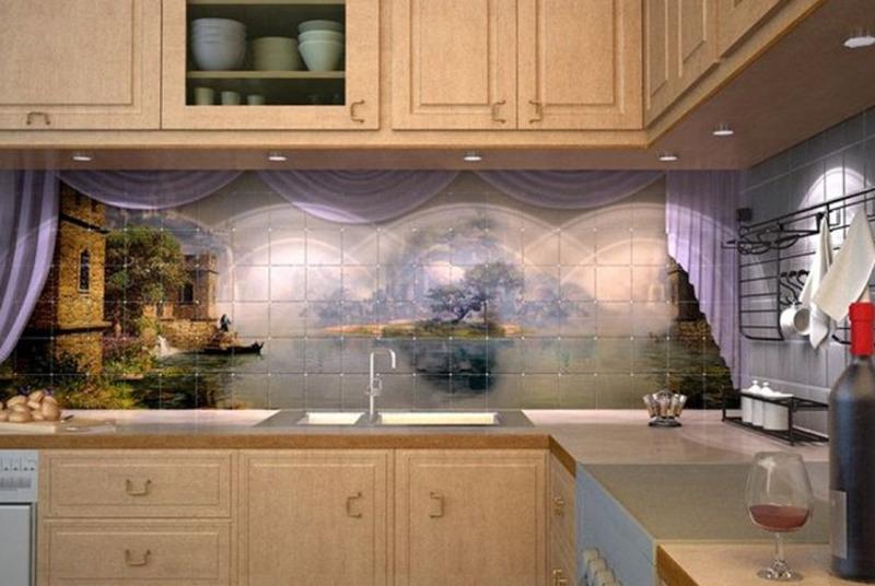 cucina con parete decorata