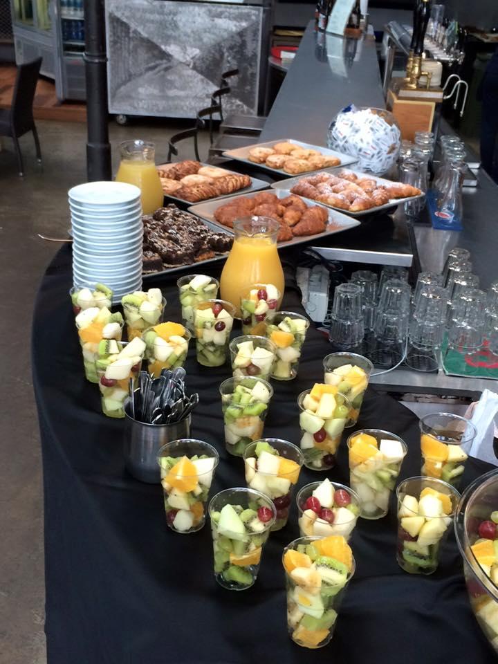 bicchieri con macedoni al buffet