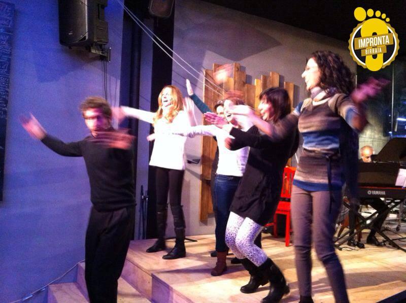 ragazze ballano sul palco