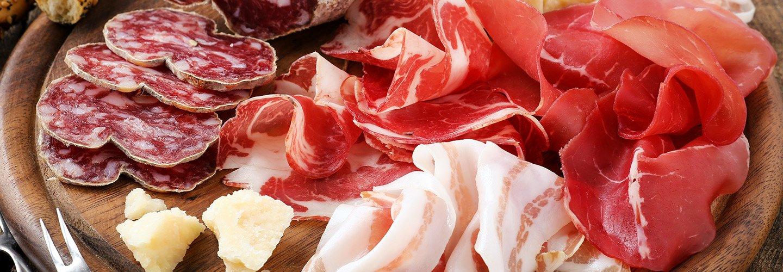 Tagliere misto di salumi prosciutto bresaola pancetta salami e parmigiano a Torino