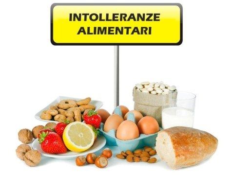 frutta secca fragole limone pane latte e uova e scritta INTOLLERANZE ALIMENTARI