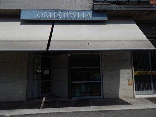 vista esterna di una farmacia con insegna OMEOPATIA