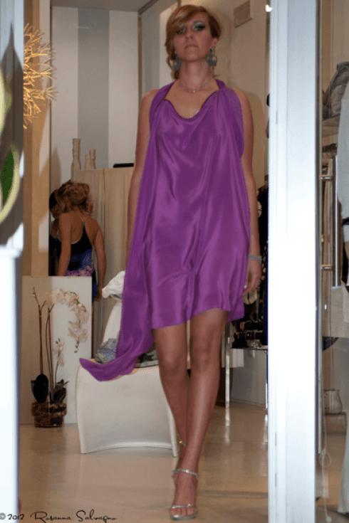 abito da sera viola con sandali argento