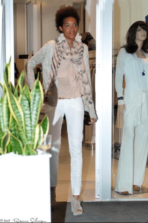 camicia in seta, maglia in cotone, pantaloni bianchi e sandali con zeppe