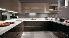 cucina perimetrale, cucina marrone, cucina con piano in marmo bianco