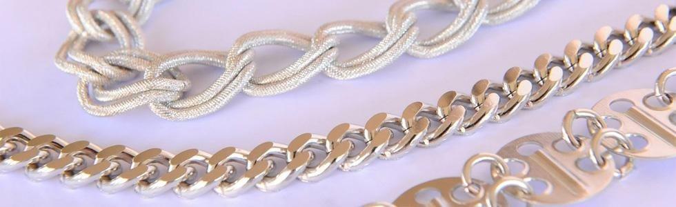 una collana a catena dorata