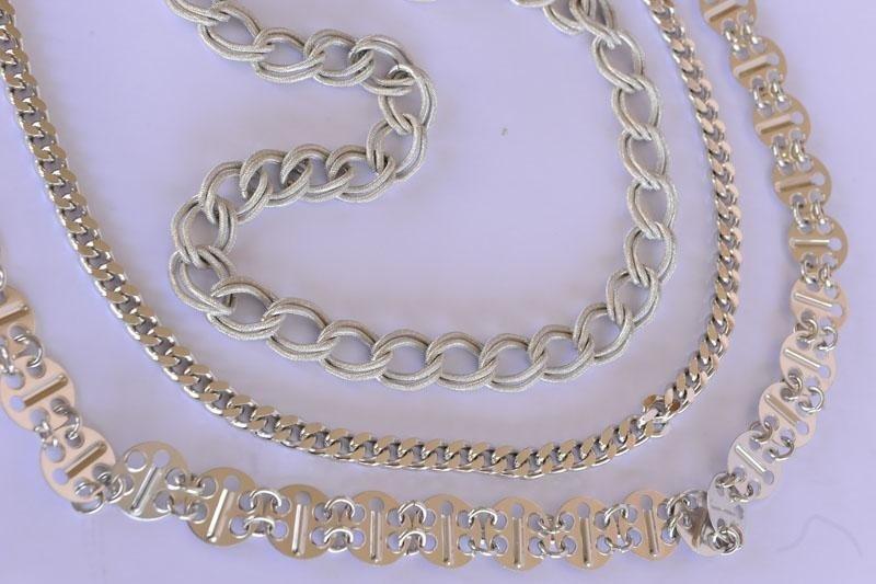 tre diversi tipi di catene metalliche finto argento