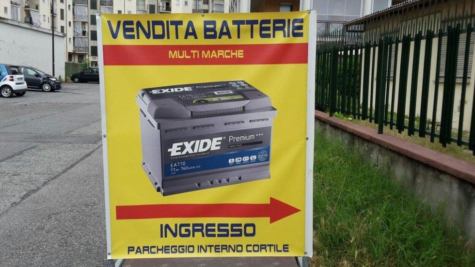 indicazione entrata del negozio per vendita di batterie