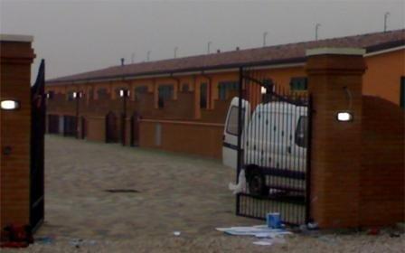 cancello aperto con furgoncino bianco