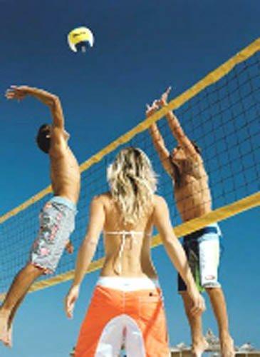 schiacciata durante partita di beach volley
