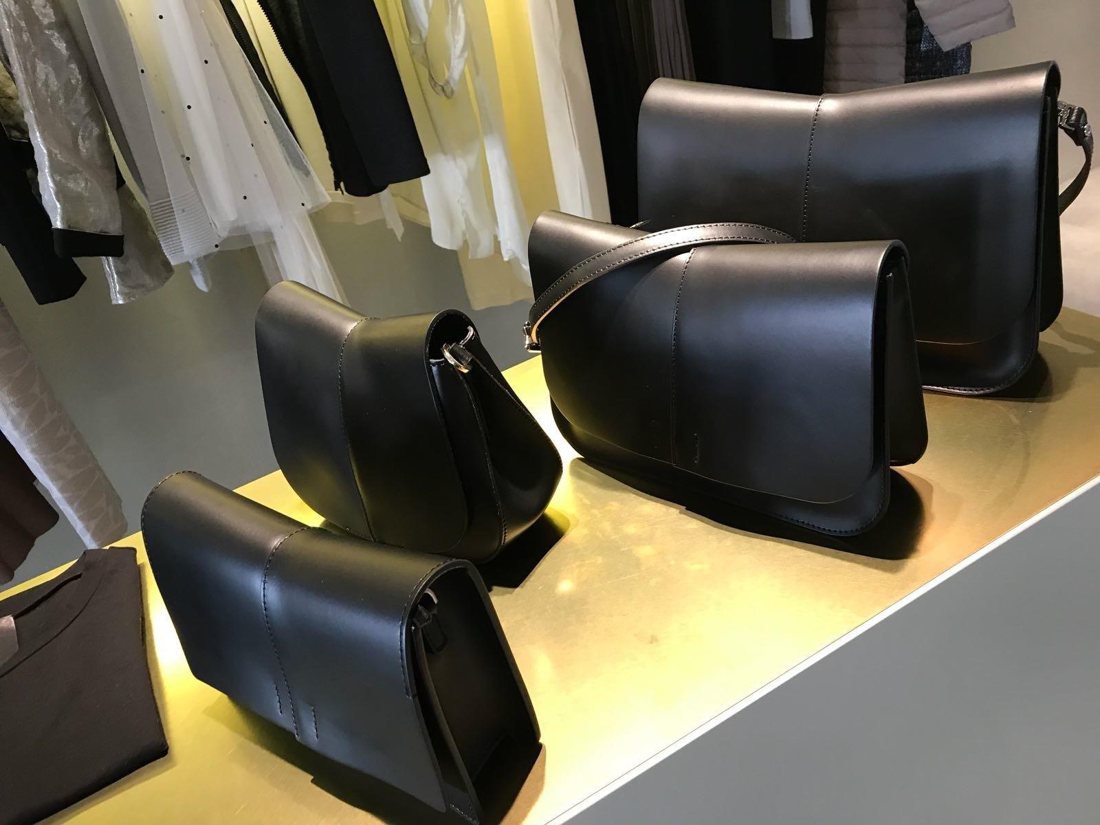 Borsetta nero tipo bandoliera ,con guarnizioni di metallo. In sospeso e gargantilla di pietre in nero e argentato