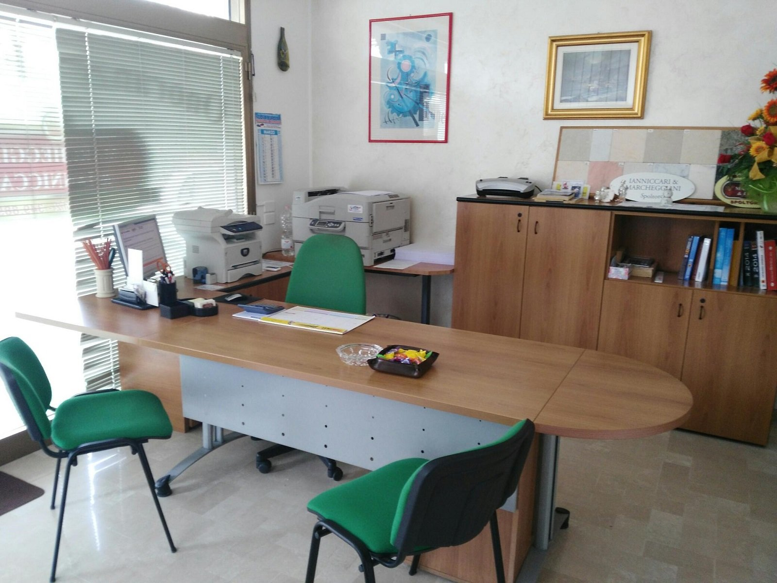 un ufficio con una scrivania in legno