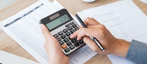 mano che digita su una calcolatrice