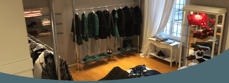 esposizione di abiti e accessori per donna