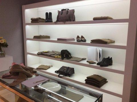 scaffali di un negozio con capi di abbigliamento e accessori per donna