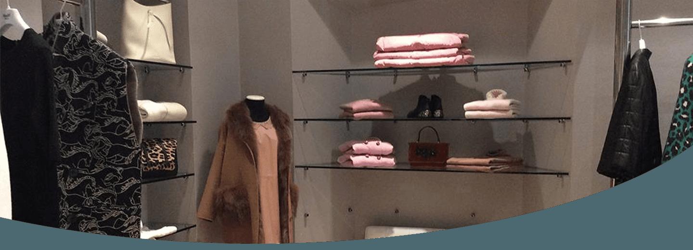 angolo di una boutique con esposti accessori donna