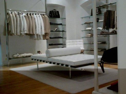 negozio di moda con capi per donna