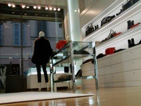 foto interna di un negozio di abbigliamento per donna