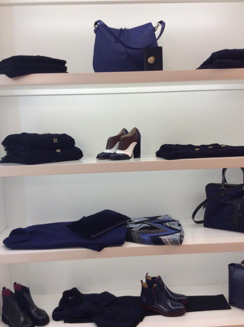 scaffale di una boutique con abiti da donna