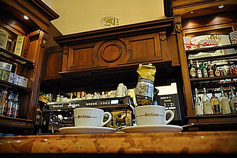 due caffe nel tavolo del bar
