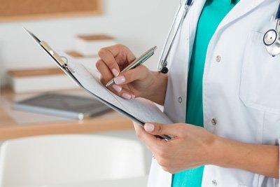 Dottoressa esamina un referto medico ad Altopascio