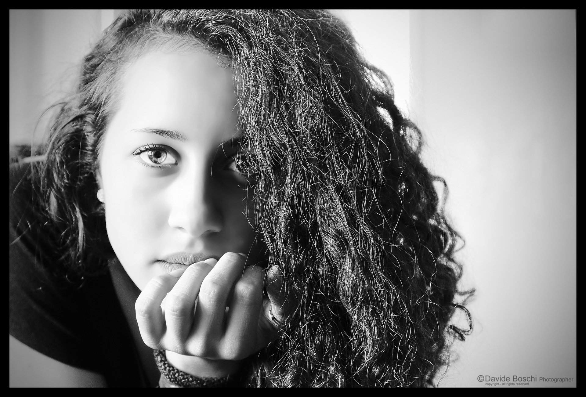 Uno sguardo triste in bianco e nero