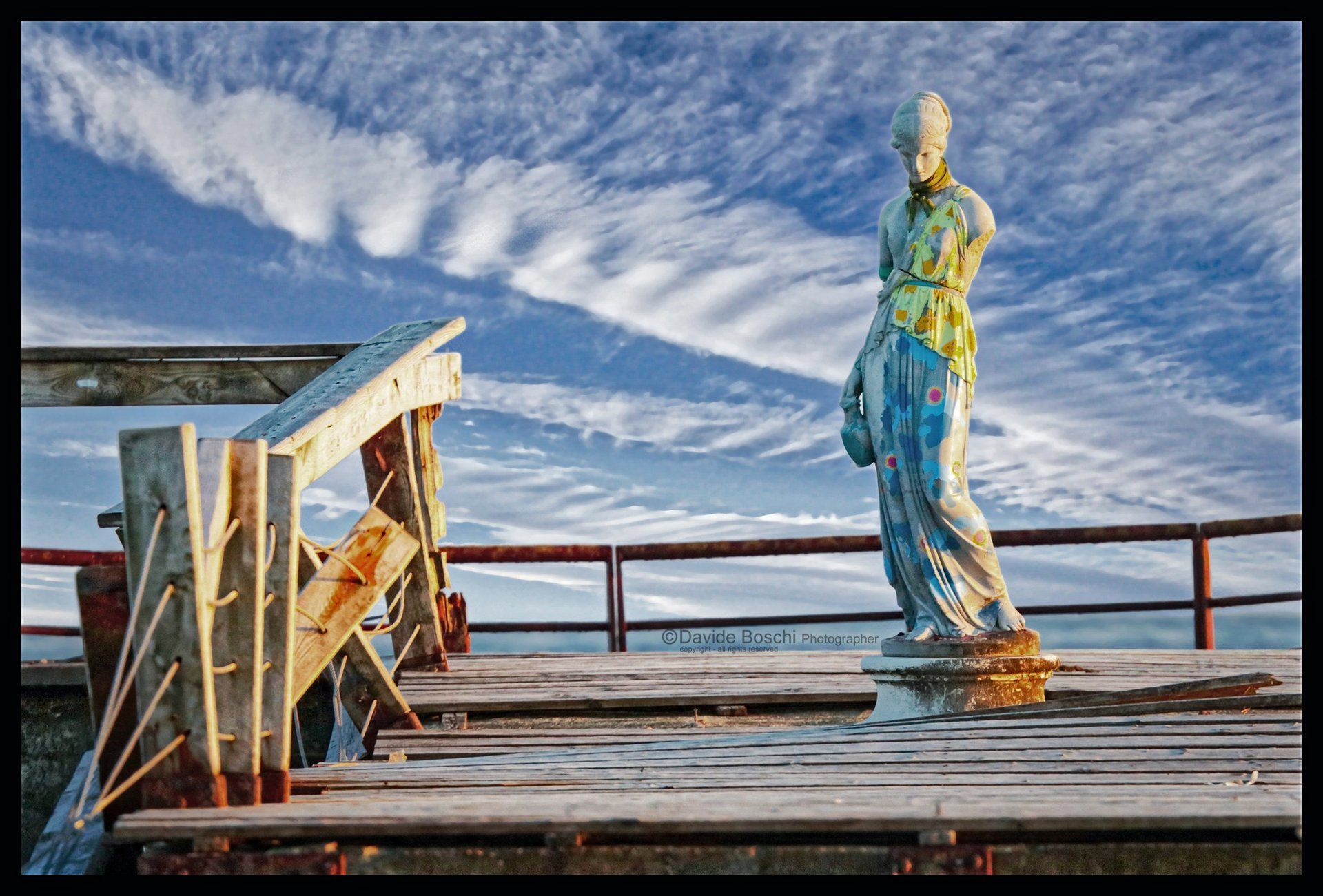 La Venus di Milo vestita e collocata vicino al mare