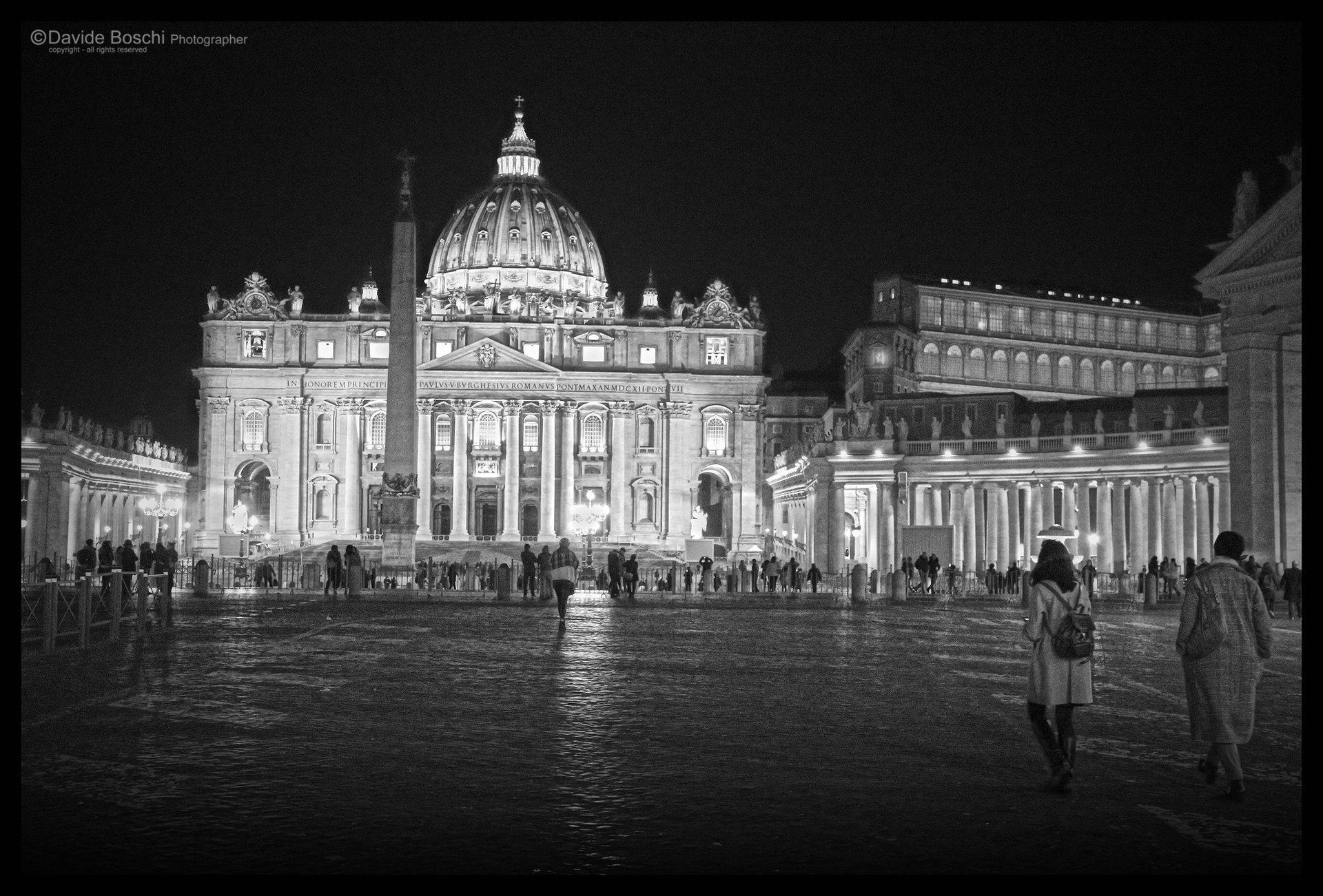 Foto notturna di piazza di san Pietro in Vaticano in bianco e nero