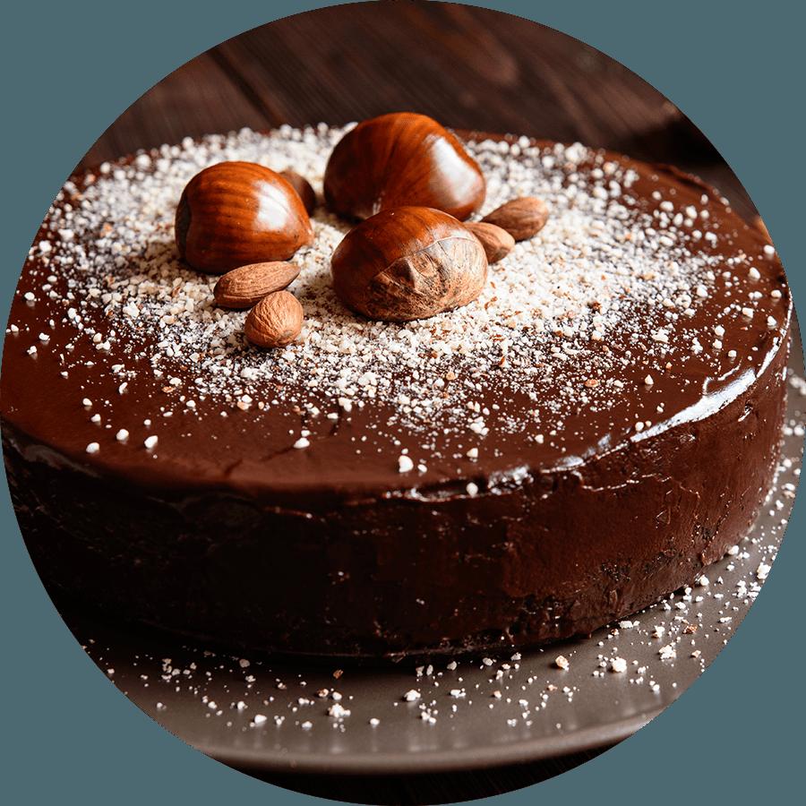 una torta al cioccolato e nocciole