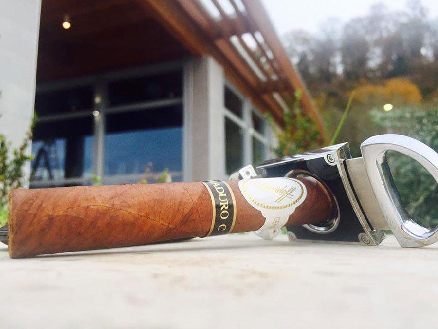 un sigaro e accanto un taglia sigari