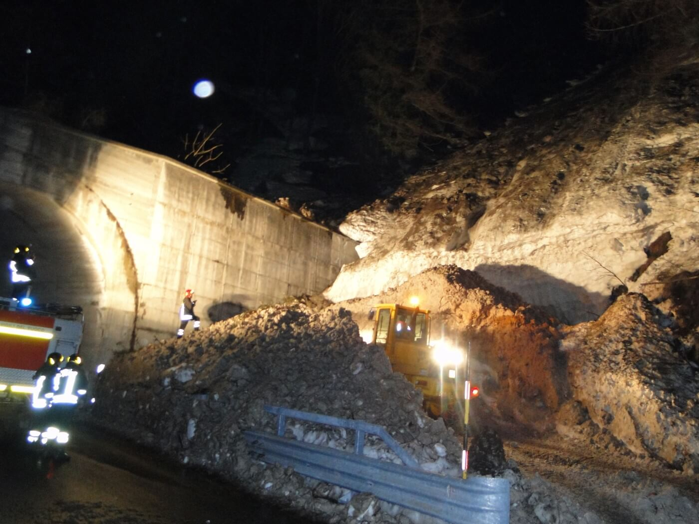 Macchine movimento terra la lavoro dello scavo a Prata Camportaccio