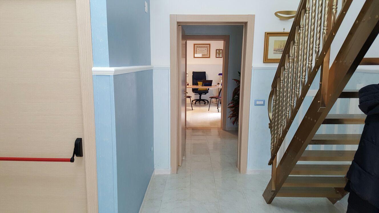 corridoio con scala
