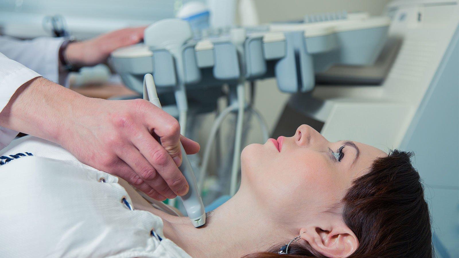 donna sottoposta a esame a ultrasuoni