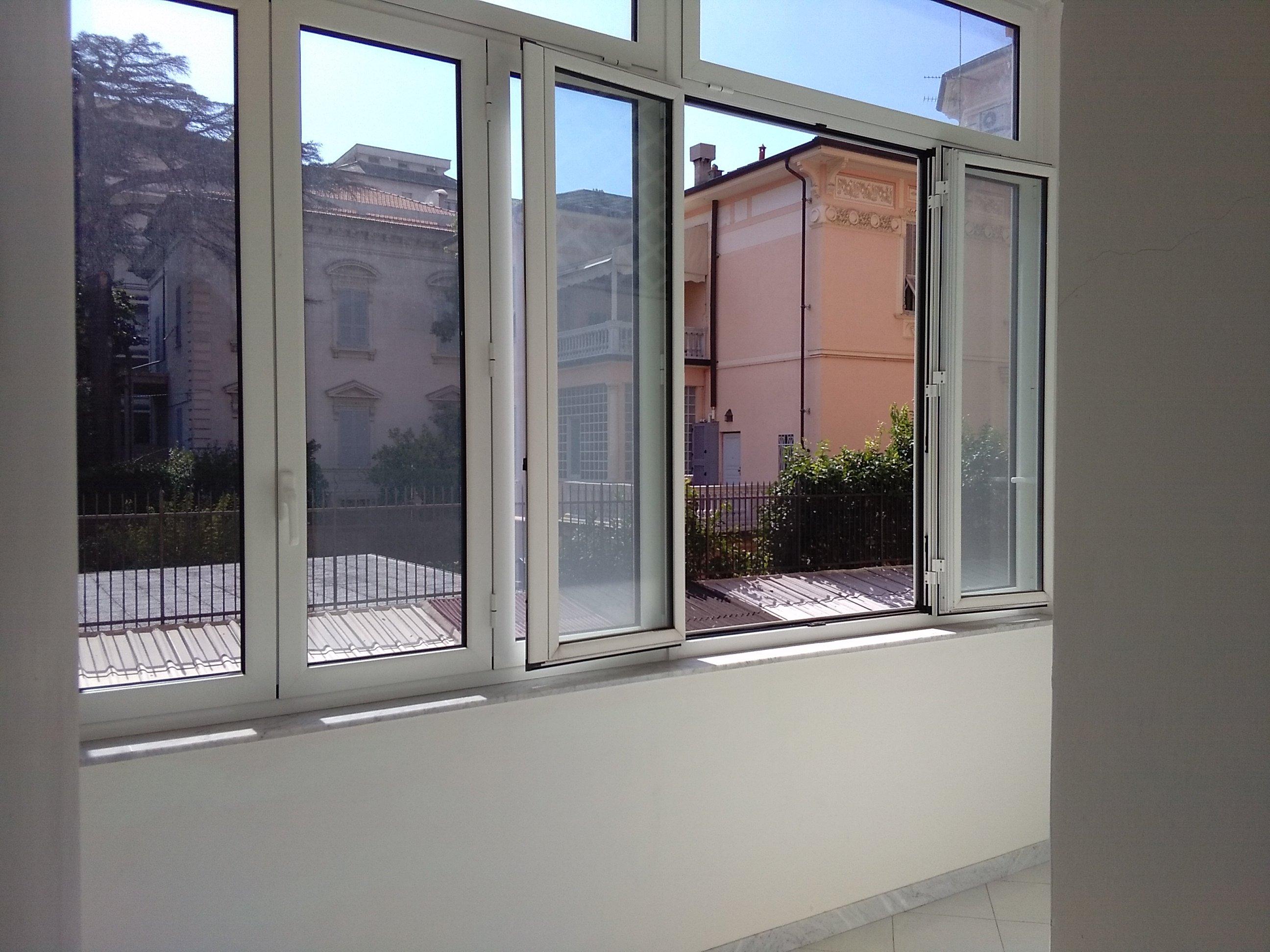 delle finestre in pvc di color bianco