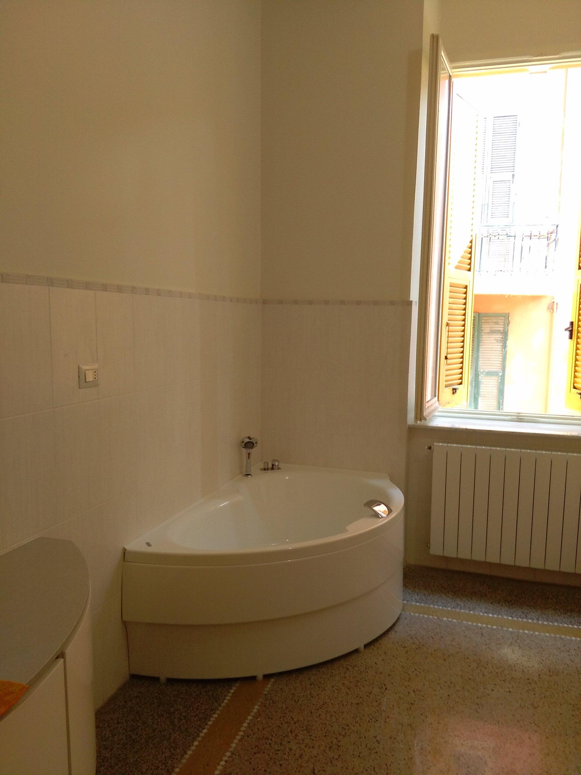 una vasca all'interno di un bagno moderno