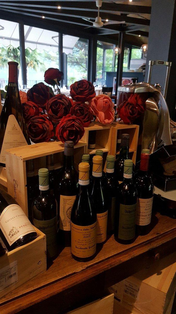 composizione con fiori e bottiglie