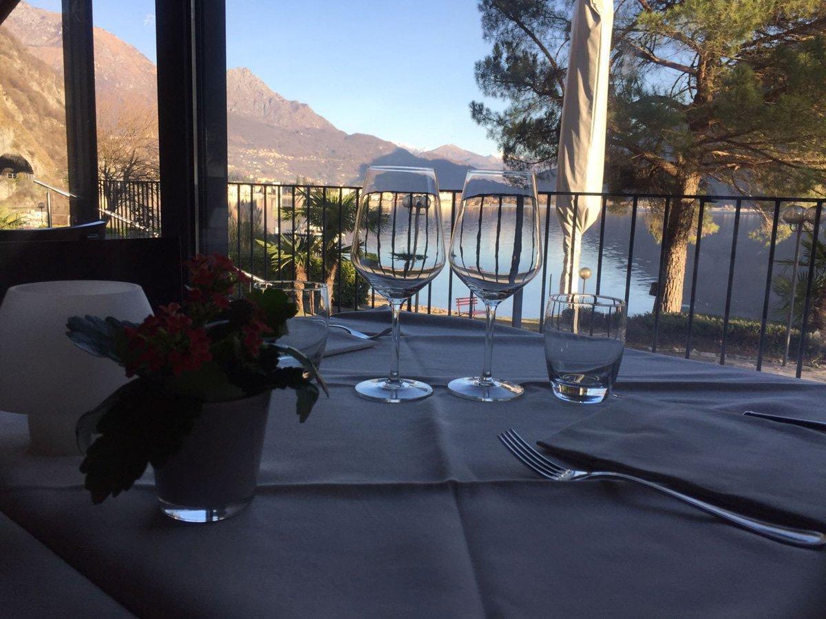 inquadratura di bicchieri sul tavolo con panorama