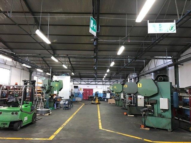 Interno di una fabbrica con macchinari