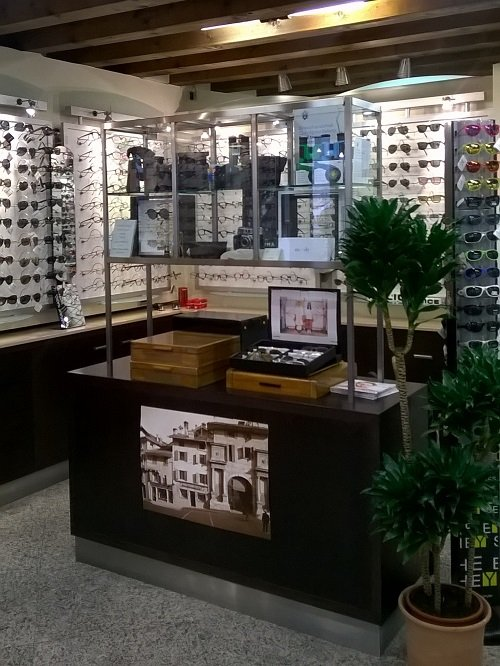 un banco con una vetrina e degli occhiali in esposizione