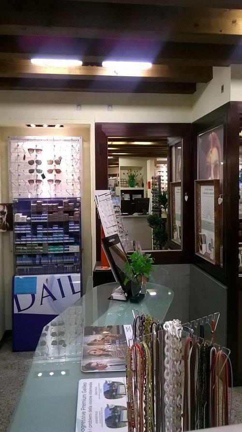 un banco di vetro con sopra degli oggetti e degli occhiali in esposizione