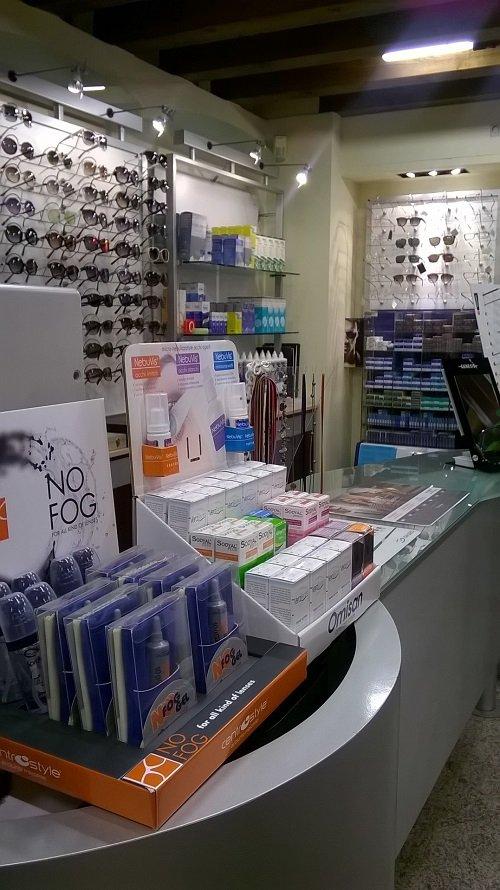 dei prodotti su un bancone di vetro e degli occhiali esposti