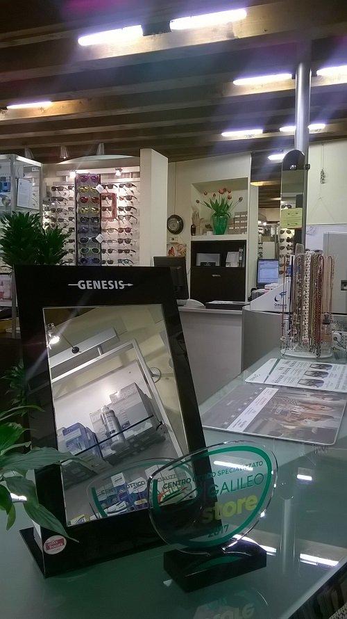 un bancone di vetro con sopra uno specchio con scritto Genesis